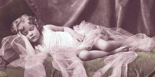 Little-girl-sleeping-vintage-chicks57